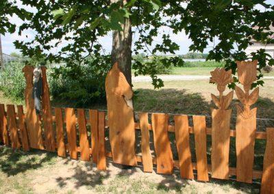 kerítés állatfigurákkal