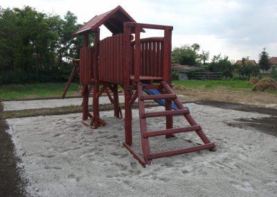 fenyő játszótér, egy tornyú vár, csúszda, homok ütéscsillapító