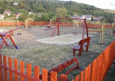 fenyő játszótér, fenyő kerítés, homok ütéscsillapítás, hinta két lapülővel