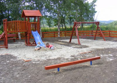 fenyő játszótér, homok ütéscsillapítás, egyensúlyozó, egy tornyú vár, csúszda_1