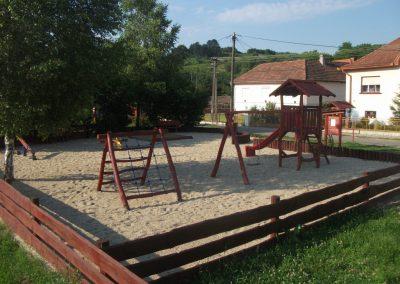 fenyő játszótér, homok ütéscsillapító, mászófal, egy tornyú vár, hinta lapülővel