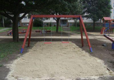 hinta két lapülővel, homok ütéscsillapítás, fenyő játszótér