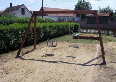 hinta-két-lapülővel-homok-ütéscsillapítás-fenyő