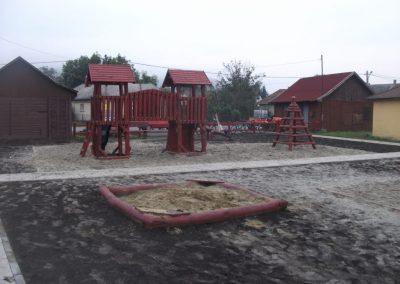 homok ütéscsillapítás, két tornyú vár, mászófal, csúszda, fenyő játszótér, homokozó fenyő