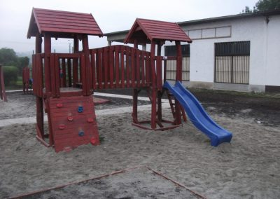 homok ütéscsillapítás, két tornyú vár, mászófal, csúszda, fenyő játszótér